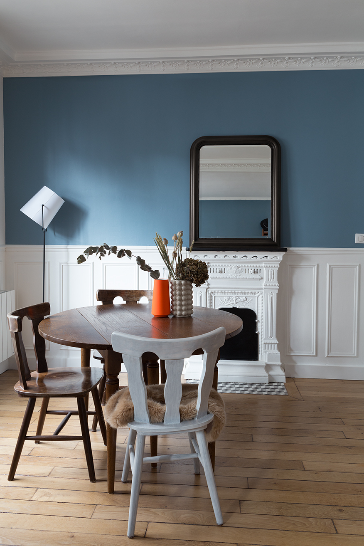 Parisien industriel murs blancs murs bleu moulures blanches dining room éclectique vintage fireplace