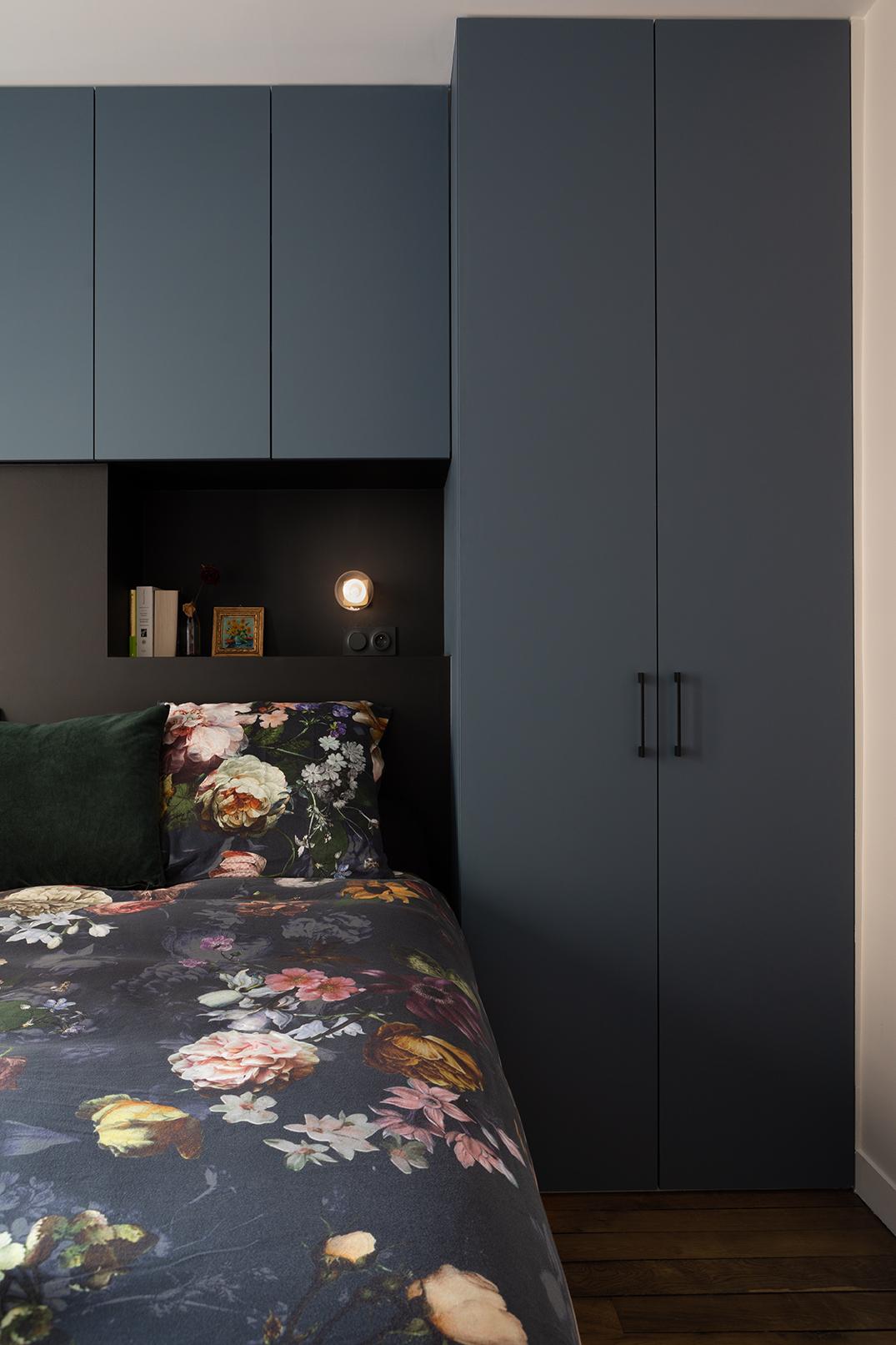 Studio Dallas tête de lit, sur mesure, noir et bleu, fleurs, velours, appartement parisien