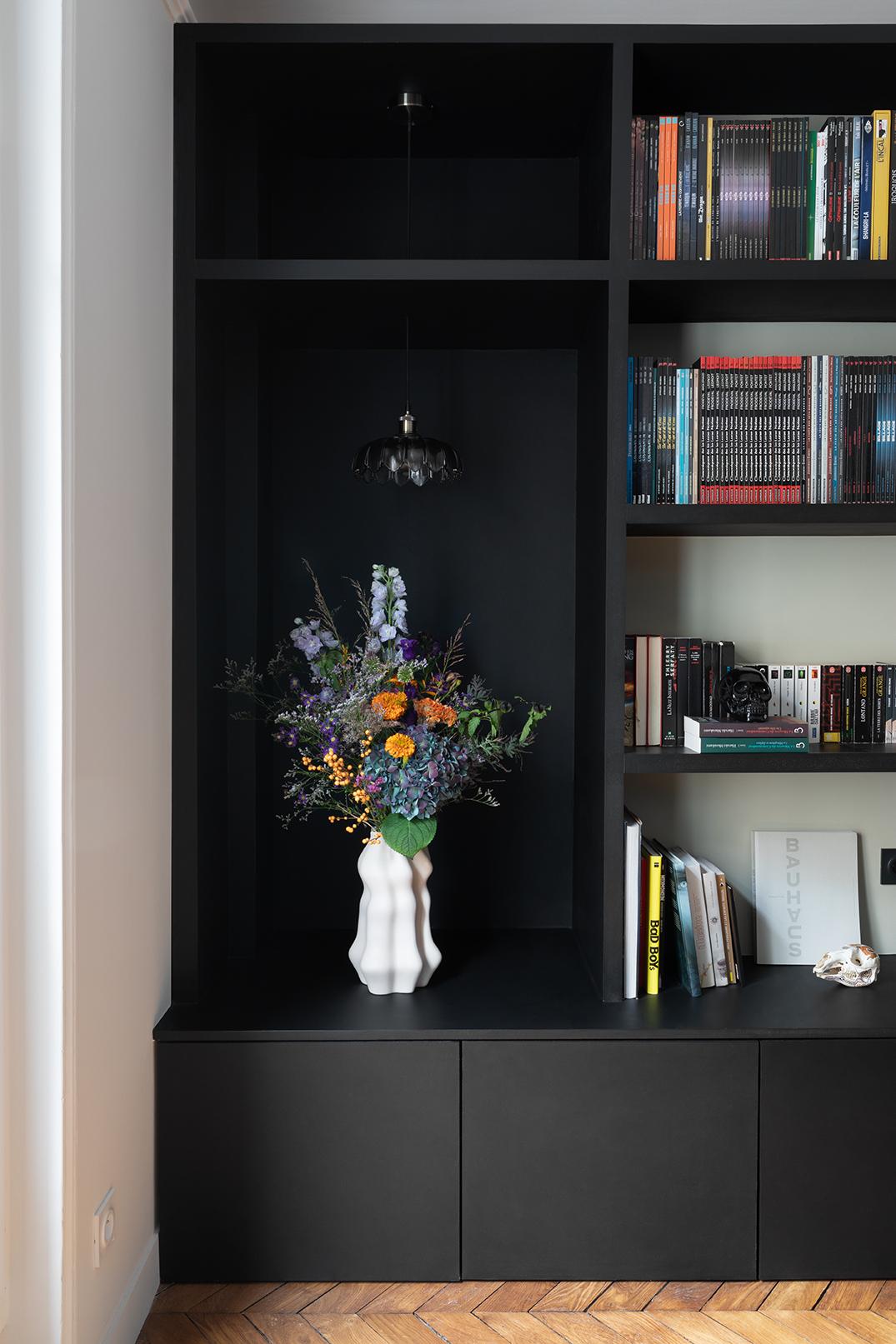 Studio Dallas bibliothèque sur mesure, cabinet de curiosité, cheminée prussienne, appartement parisien