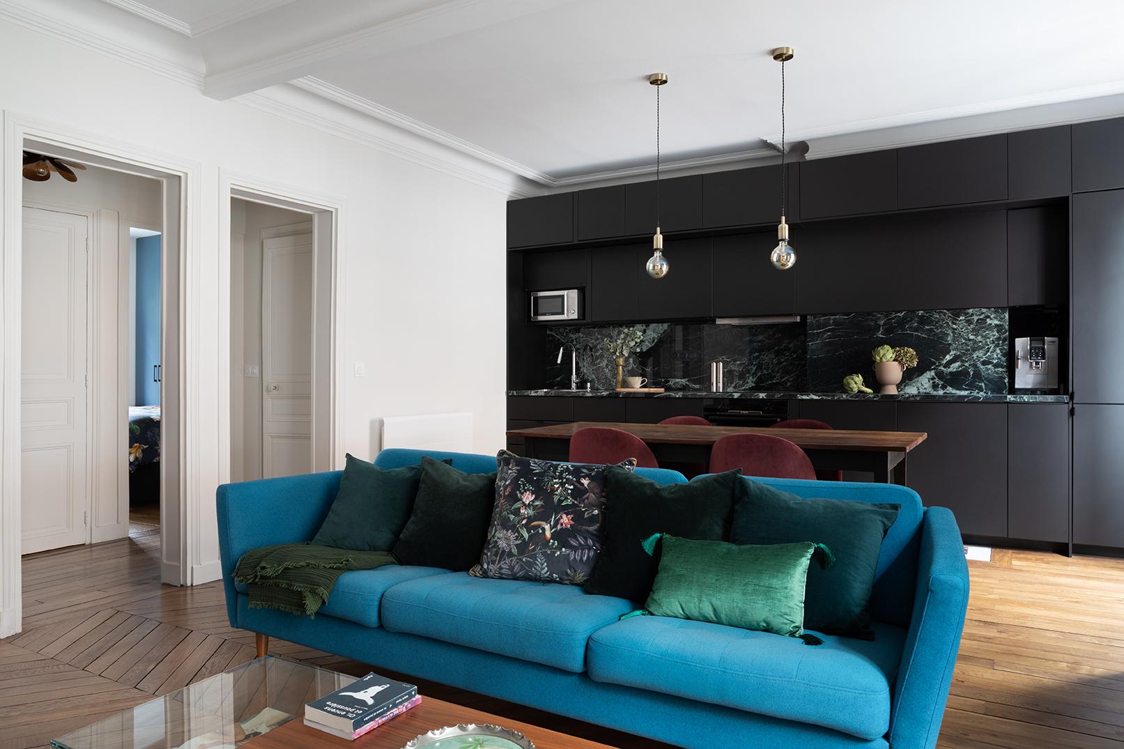Studio Dallas cuisine noire et marbre, moulures, parquet ancien, appartement parisien